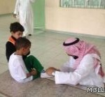"""""""معلماً يربط حذاء طالب والتربية والتعليم بجدة تكرمه(صورة)"""