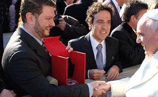 Papa Francesco ritira il premio MIA 2013 come Personaggio dell'anno