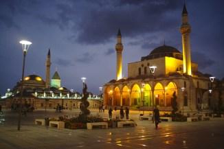 Konya: Durch Zufall bin ich auf diese Moscheen gestoßen welche zumindest Nachts die in Istanbul in den Schatten stellen