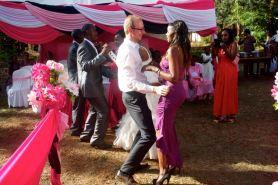 Auf der Hochzeitsfeier musste der Exot neben dem Brautpaar vor versammelter Mannschaft zeigen was er kann