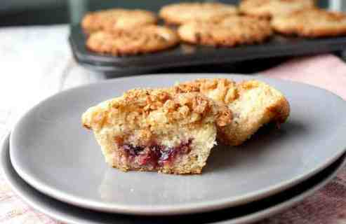 Cream Cheese and Jam Muffins: After many attempts, this is the way to stuff a muffin with just enough cream cheese and fruit jam. The finished muffin is sweet, tangy, and crunchy on top thanks to some granola streusel. A huge success! | macheesmo.com
