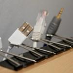 Organiza tus cables y olvídate de doblarte debajo de tu escritorio por menos de 1USD