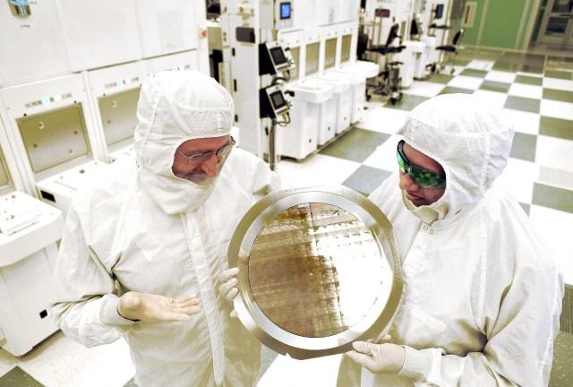 IBM_7nm_chip-wafer