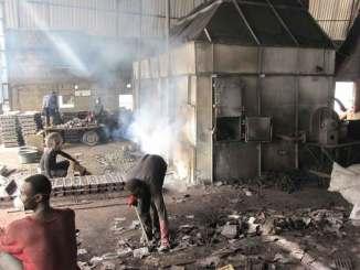 Die ohnehin spärliche Schutzsausrüstung, die im Bild zu sehen ist, wurde erst kurz vor der Aufnahme angelegt. Die Mitarbeiter von Bleihütten (wie hier in Tema, nahe Accra/Ghana) sind ansonsten schutzlos den giftigen Bleidämpfen ausgesetzt. ©Fotos: Öko-Institut