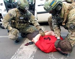 Reprodução de vídeo disponibilizada pelo serviço de segurança ucraniano mostra prisão de homem de nacionalidade francesa, que seria suspeito de preparar atentados contra a Eurocopa (Foto: AFP)