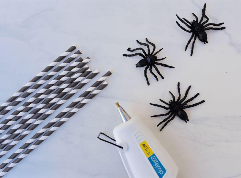 Spooky spider straws DIY