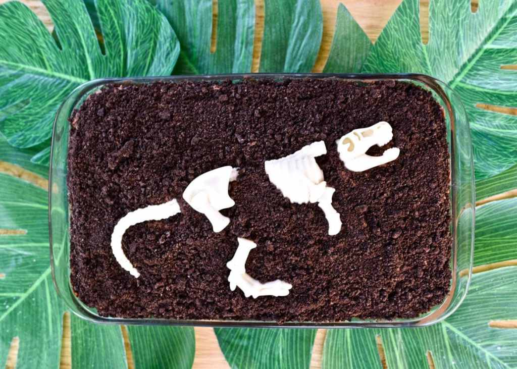 Dinosaur cake idea that's so easy to make!