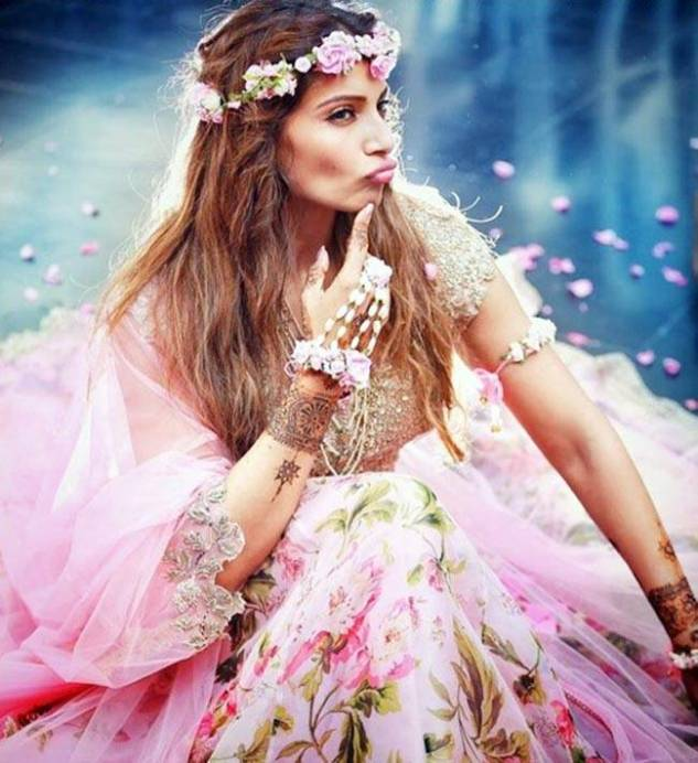 Bipasha Basu Karan Singh Grover Mehendi Ceremony Cute pose full dress