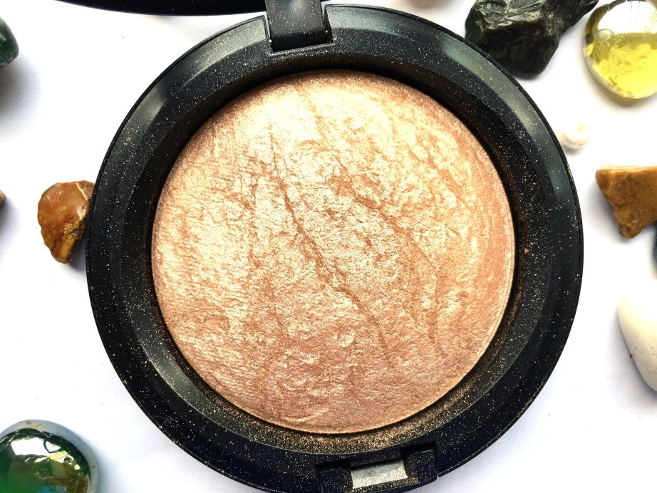 MAC Soft & Gentle Mineralize Skinfinish Highlighter Review Swatches focus