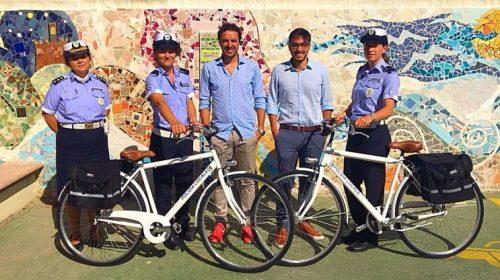 Servizio estivo della polizia municipale in bici e a piedi