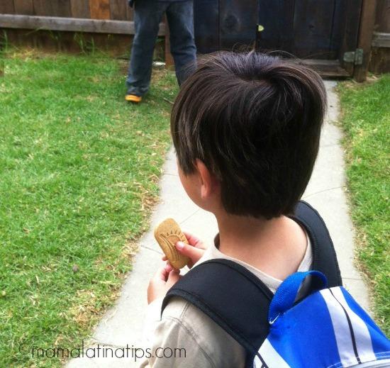 Niño de camino a la escuela por mamalatinatips.com