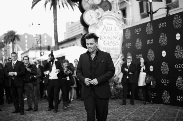 Johnny Depp at Alice through the looking glass red carpet premiere - mamalatinatips.com