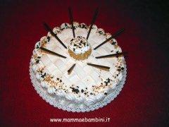 Torta alla panna decorata con i mikado