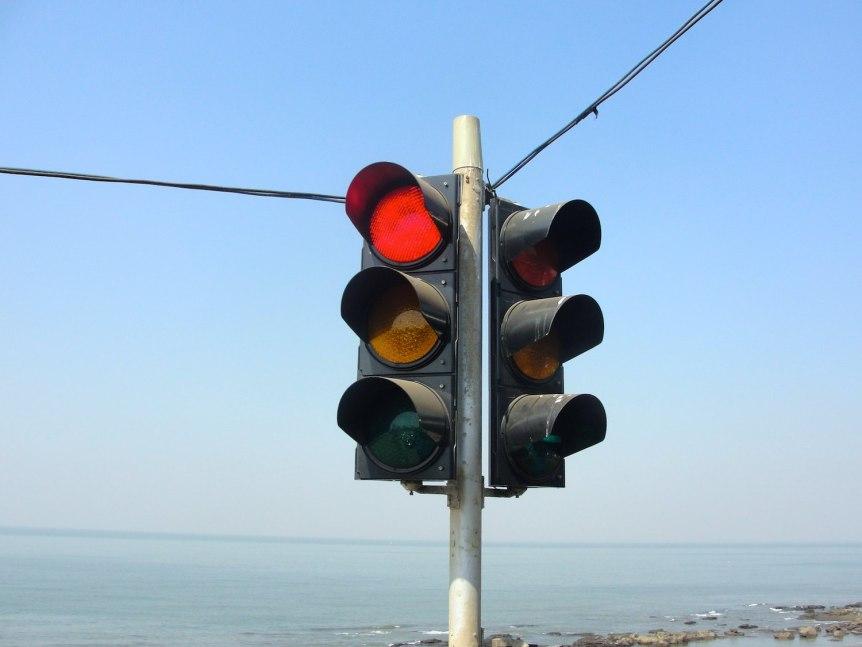 Traffic signal at Tamil Nadu. (c) 2011 Thamizhpparithi Maari (CC BY SA 3.0)