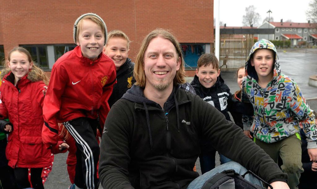 Lærer Marius Andersen og noen av elevene hans i Sandefjord.