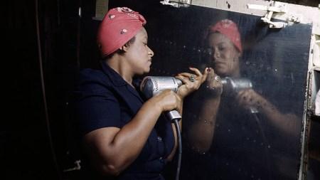 En arbeider speiler seg i en stålplate i USA på 1940-tallet. Kan økonomifaget speile virkeligheten? Foto: Library of Congress