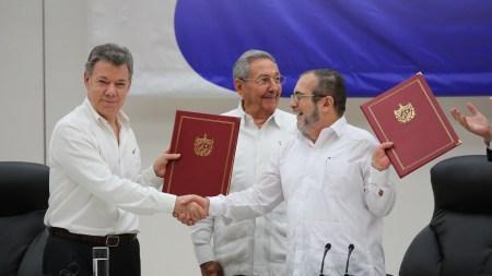 Fredsavtalen mellom regjeringen og Farc-geriljaen i Colombia ble signert i Havana før den ble stemt ned i en folkeavstemning. Her fra venstre Colombias president Juan Manuel Santos, forhandlingsleder Raul Castro og Farc-leder Timochenko. Foto: PresidenciaRD