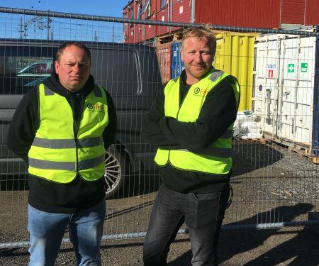 Står støtt: Streikevaktene Jaroslaw Osuch og Thomas Opland har streiket for tariffavtale i over en måned. Foto: Ingrid Wergeland.