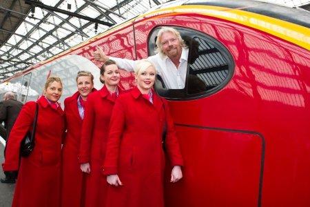 Den britiske jernbanen har blitt privatisert til en rekke selskaper, som Virgin ledet av den omstridte investoren Richard Branson. Privatiseringen har ført til dyre billetter og overfylte tog, hevder artikkelforfatteren, og re-nasjonalisering har blitt en populær valgkampsak for Labour. Foto: virgin.com