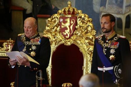 Kong Hralad åpner Stortinget i 2013. Ved siden av står sønnen Kronprins Haakon klar til å ta over. Foto: Stortinget/ Terje Heiestad.