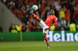 FXC9DH Lisbon's Renato Junior Luz Sanches controls the ball during the UEFA Champions League quarterfinal second leg soccer match between SL Benfica and FC Bayern Munich at Estadio da Luz in Lisbon, Portugal, 13 April 2016. Photo: Andreas Gebert/d