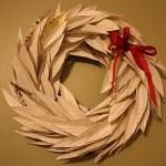 Corona de Navidad con papel periódico