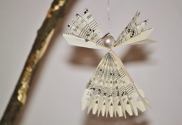 Cómo hacer ángel de Navidad con papel de periódico paso a paso