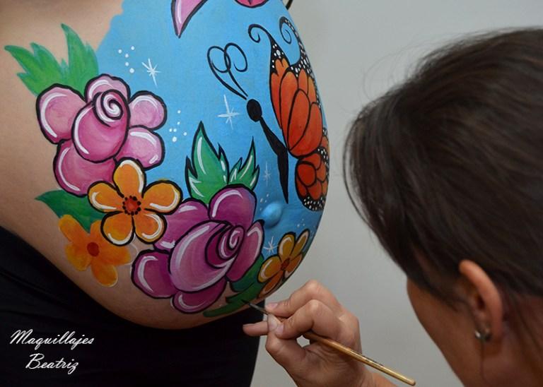 Maquillaje barriga mariposa y flores