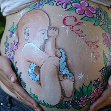 Belly painting bebé con cordón umbilical