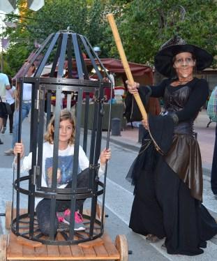 Niña encerrada en una jaula con bruja