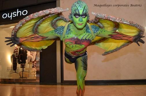 Maquillaje artístico de dragón con alas