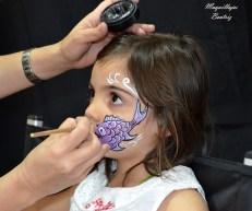 Beatriz Martínez maquillando un pececito a una niña