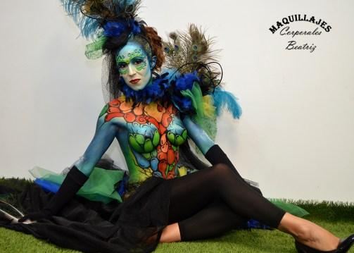 Modelo posando con un elegante body paint