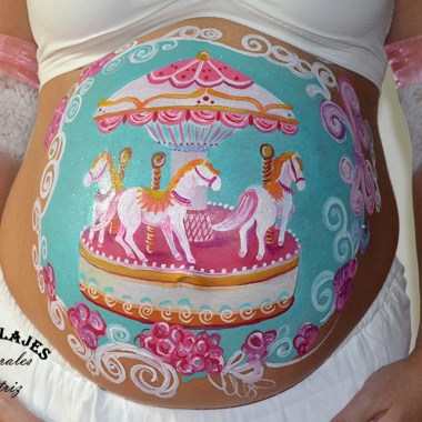Maquillaje barriga de embarazada de un tiovivo