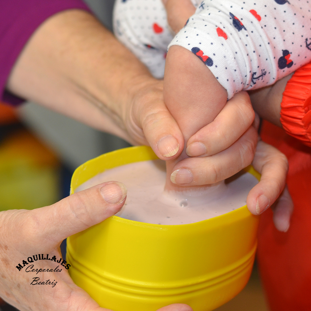 Tomando el molde de un bebé con alginato