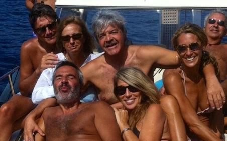 L'estate scorsa al mare. In prima fila, mio fratello Francesco e mia moglie Ita. Alle loro spalle, sono tra mia sorella Lorenza (a sinistra) e mi cognata Roberta. Ancora dietro, mio cognato Piero (a sinistra) e il mio amico Maurizio.