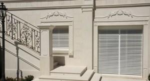 Rivestimento e cornice intarsiata in marmo