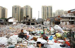 چین میں عمارت اور غربت کی وسیع خلیج کا ایک منظر
