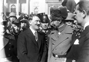 Reichskanzler Adolf Hitler und der Deutsche Kronprinz Wilhelm von Preußen im Gespräch während der Feier vor der Garnisonkirche in Potsdam.