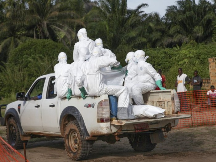 Begräbnis eines Ebola-Toten durch Gesundheitsteams in Liberia Quelle: Ahmed Jallanzo / epa / Corbis (CC-by-2.0) http://www.smithsonianmag.com/smart-news/why-ebola-outbreak-so-bad-sierra-leone-emergency-quarantine-180952218