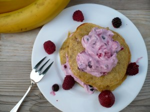 Pfannenkuchen aus Bananen und Eier mit Quark und Früchte