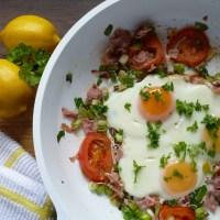 Spielgeleier auf frische Tomaten - Low Carb