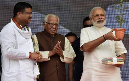 Oil Minister Dharmendra Pradhan, UP Governor Ram Naik with PM Narendra Modi at the launch of Ujjwala Scheme.