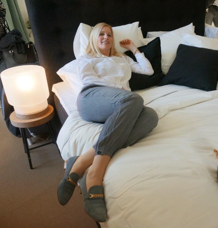 Mia provligger IKEA-säng