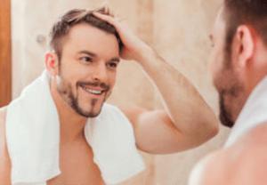 elan-mello-micropigmentação-capilar-homem-no-espelho