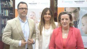 Vestida de rosa la doctora Hernández Sampelayo presentando el producto de Novartis.