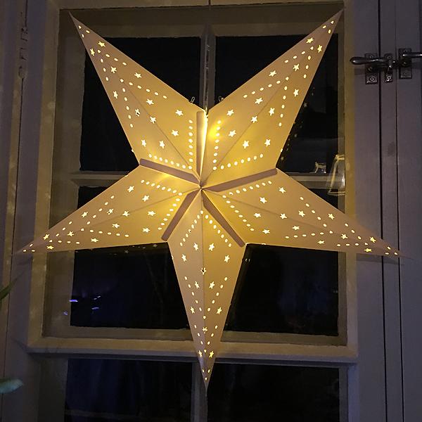 Ostettiin tämmöinen tähti ikkunaa koristamaan. Se on nätti!