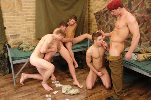 foto07-military-gay-blowjob
