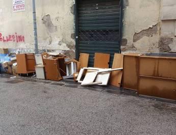 [GALLERY] CAIVANO: Via Roma diventa la discarica di Caivano, residenti e commercianti esasperati