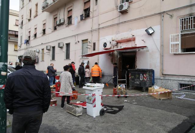 Il negozio colpito (Foto Omninapoli)